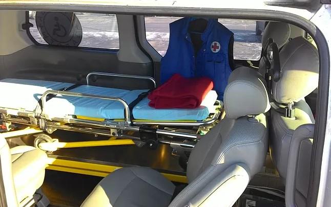 Оборудованный автомобиль для перевозки больных